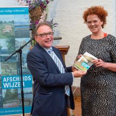 Eerste exemplaar Afscheidswijzer Eindhoven